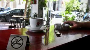καφετέρια με σήμα ότι απαγορεύεται το κάπνισμα- σταχτοδοχείο, αναπτήρας