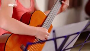 παιδί που παίζει κιθάρα