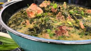 χοιρινό φρικασέ με μαρούλι και σπανάκι