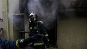 πυροσβέστης σβήνει τις φλόγες σε σπίτι