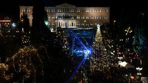 Αθήνα: Άναψε το χριστουγεννιάτικο δέντρο ύψους 17 μέτρων