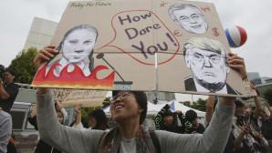 πλακάτ με την Γκρέτα και τον Τραμπ κρατά διαδηλωτής