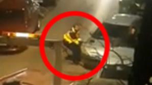 άνδρας τραβά αυτοκίνητο