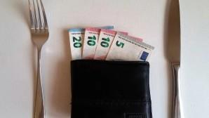 Πορτοφόλι με χρήματα και μαχαιροπίρουνα