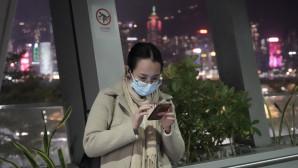 Κινέζα κοροναϊός με κινητό στο χέρι