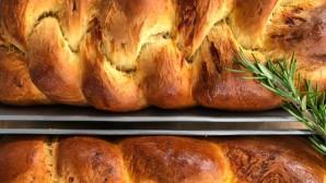σπιτικό ψωμί με γραβιέρα και δενδρολίβανο