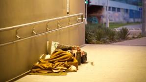 άστεγος κοιμάται σε διάβαση/ Φωτογραφία: unsplash