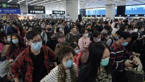 άνθρωποι με μάκσες στο αεροδρόμιο