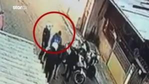 Ο αστυνομικός χαστουκίζει το αγόρι στο Ζεφύρι
