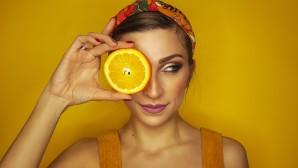 κοπέλα με πορτοκάλι