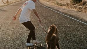 Νεαρός κάνει scateboard με τον σκύλο του