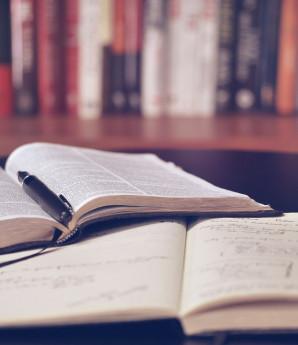 Βιβλία σε γραφείο