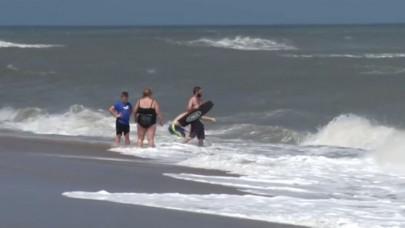 Οι τουρίστες ξανά στην παραλία μετά τον τυφώνα Florence