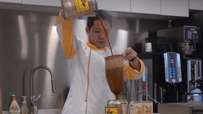 Ρομπότ μιμείται τις κινήσεις των μπαρίστα όταν βάζουν τσάι