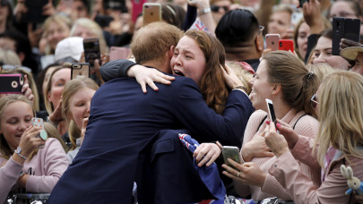 Ο πρίγκιπας Χάρι αγκαλιάζει κοπέλα από το πλήθος στη Μελβούρνη