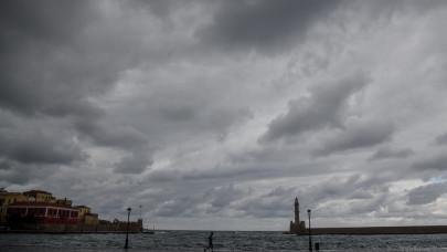 Κακοκαιρία στην πόλη των Χανίων με συννεφιασμένο ουρανό