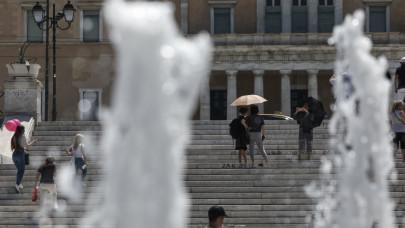 Τουρίστες στο κέντρο της Αθήνας εν μέσω καύσωνα