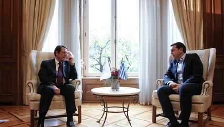 «Σταθερή προσήλωση» σε δίκαιη λύση του Κυπριακού για Τσίπρα-Αναστασιάδη