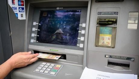Στο τραπέζι και πάλι το «χαράτσι» στις τραπεζικές συναλλαγές – Τι θα γίνει με τις αναλήψεις στα ΑΤΜ