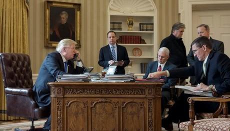 Σόου Τραμπ με…  φωτογραφίες στις τηλεφωνικές του επικοινωνίες  με ηγέτες  αλλά και «αδειάσματα»!