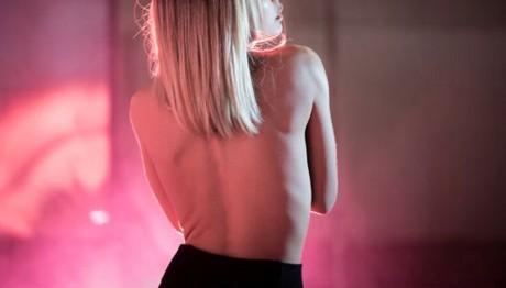 Backstage ΦΩΤΟ: Ελληνίδα τραγουδίστρια εμφανίζεται topless στο νέο της video clip