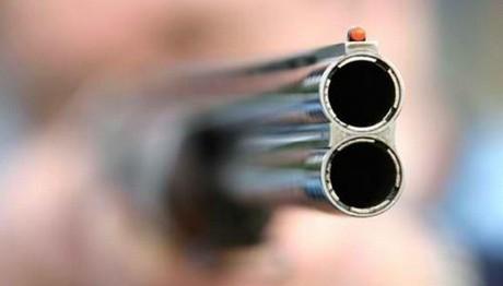 Πυροβόλησε με κυνηγετικό όπλο το σπίτι συγγενή του