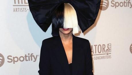 ΣΠΑΝΙΑ εμφάνιση: ΕΤΣΙ είναι η Sia χωρίς την εκκεντρική περούκα της!