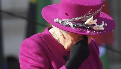 """ΣΥΓΚΛΟΝΙΖΕΙ και ΣΥΓΚΙΝΕΙ η Βασίλισσα Ελισάβετ: """"Οι προσευ"""