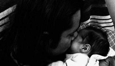 Ο Δημήτρης Κοργιαλάς αγκαλιά με το νεογέννητο παιδί του!