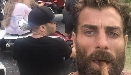 Selfie καπνίζοντας το πούρο του έβγαλε ο Χανταμπάκης!