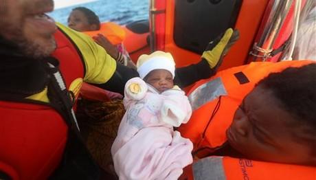 Κοριτσάκι τεσσάρων ημερών διασώθηκε στα νερά της Μεσογείου