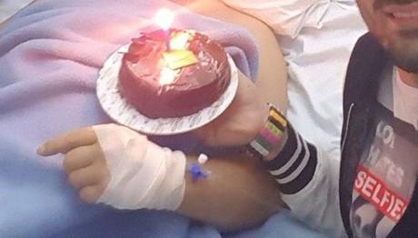 Το συγκινητικό μήνυμα και η τούρτα έκπληξη Έλληνα τραγουδιστή στον πατέρα του που είναι στο νοσοκομείο