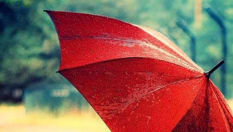 ΠΑΡΤΕ ΟΜΠΡΕΛΕΣ! Βροχές και καταιγίδες σε όλη τη χώρα