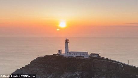 ΣΠΑΝΙΟ φαινόμενο: Διπλό ηλιοβασίλεμα στην Ουαλία θυμίζει σκηνή απο το «Star Wars»