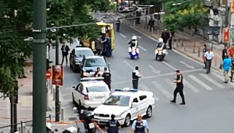 ΦΩΤΟ ΝΤΟΚΟΥΜΕΝΤΟ: Οι τραυματίες της έκρηξης στο αυτοκίνητο του Λουκά Παπαδήμου μεταφέρονται στο νοσοκομείο