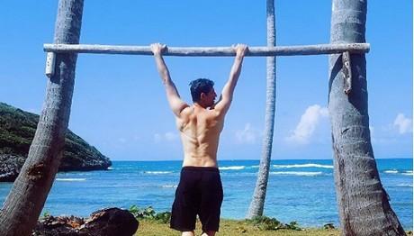 Ημίγυμνος στον Άγιο Δομίνικο ο Σάκης Ρουβάς – ΚΟΛΑΣΤΗΚΕ το Instagram!