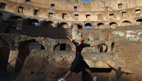 Η Maria Sharapova της Ρωσίας χορεύει μέσα στο Κολοσσαίο την 2η μέρα του διεθνούς τουρνουά BNL