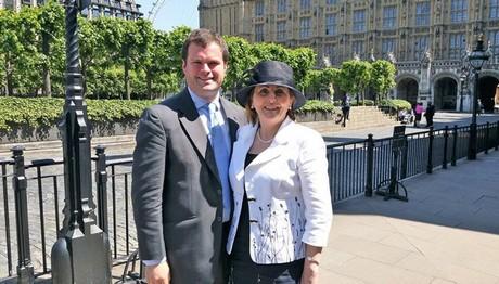 Και η Βρετανία έχει τον… Μακρόν της! 38χρονος βουλευτής παντρεύεται την 66χρονη σύντροφό του