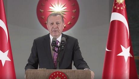 """Στο δικαστήριο προσφεύγει ο Ερντογάν-Στο στόχαστρο όσοι λένε πως """"κολυμπάει"""" στα χρήματα"""
