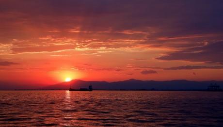 Ηλιοβασίλεμα με θέα τον Θερμαϊκό κόλπο απο τη Νέα Παραλία Θεσσαλονίκης