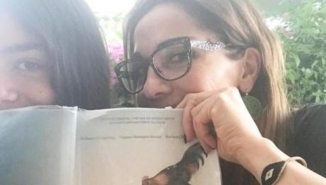 Με το βιβλίο στο χέρι! Διαβάζει ιστορία με την κόρη της η Δέσποινα Βανδή