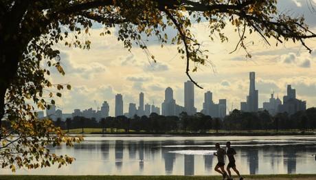 Κάνοντας τζόκινγκ κατά μήκος της λίμνης Albert Park στην Αυστραλία