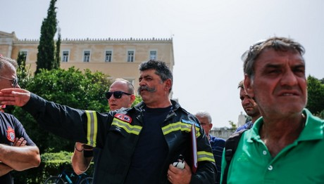 Συγκέντρωση συμβασιούχων πυροσβεστών στη Βουλή
