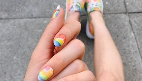 Νύχια σαν ουράνιο τόξο. Το νέο nail trend
