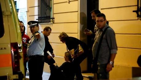 Λιποθύμε η γυναίκα του Ζαφειρόπουλου έξω από το γραφείο
