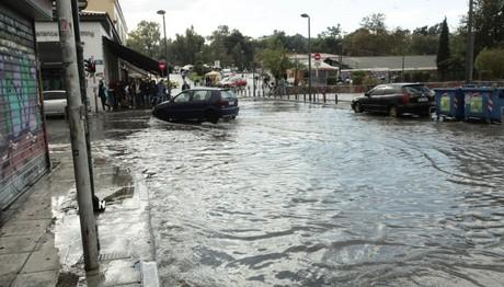 Ισχυρή καταιγίδα αυτή την ώρα σε Αθήνα-Πειραιά