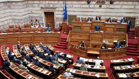 Πυρά κατά της κυβέρνησης στη Βουλή