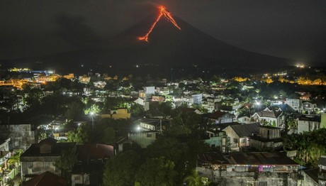 Φιλιππίνες: Λάβα ρέει στις πλαγιές του ηφαιστείου Mayon