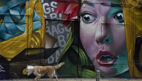 Ψυρρή: Η τέλεια τοιχογραφία σε κατάστημα με τσάντες
