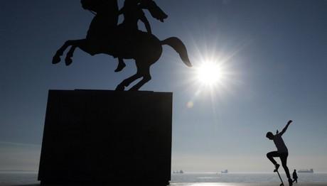 Θεσ/κη:Skateboard κοντά στο άγαλμα του Μεγάλου Αλεξάνδρου